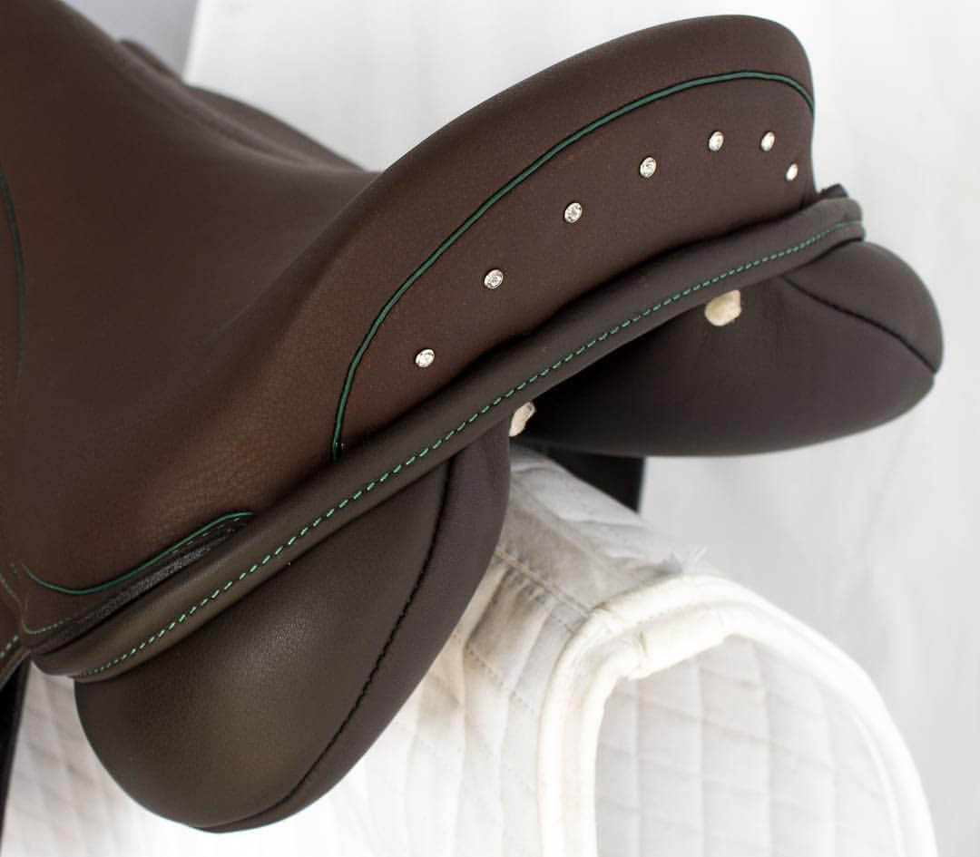 Jump acajou green crystal cantle - Custom Saddlery, Dressage Saddles | Drakesaddlesavvy.com
