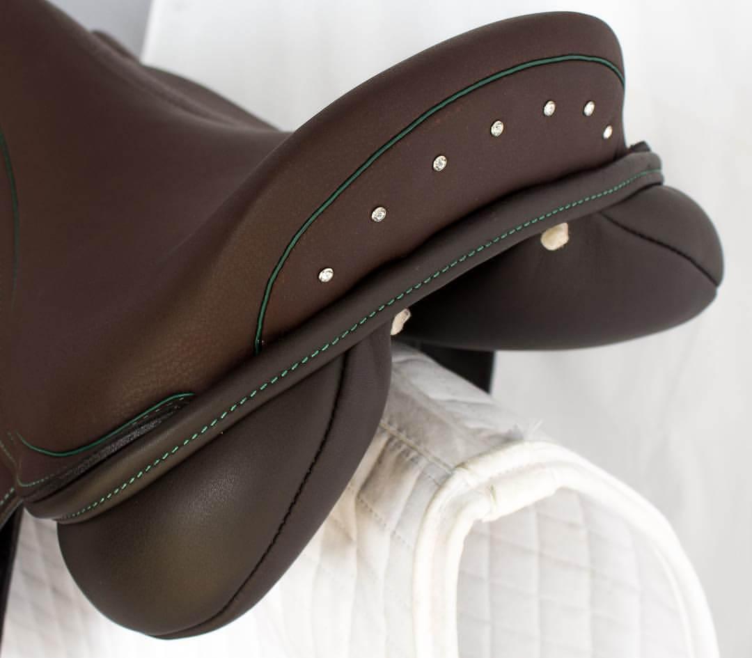 Jump acajou green crystal cantle - Custom Saddlery, Dressage Saddles   Drakesaddlesavvy.com